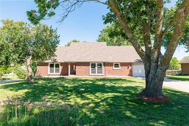 3907 SW Ward Road, Lee's Summit, MO 64082 (#2237079) :: Austin Home Team