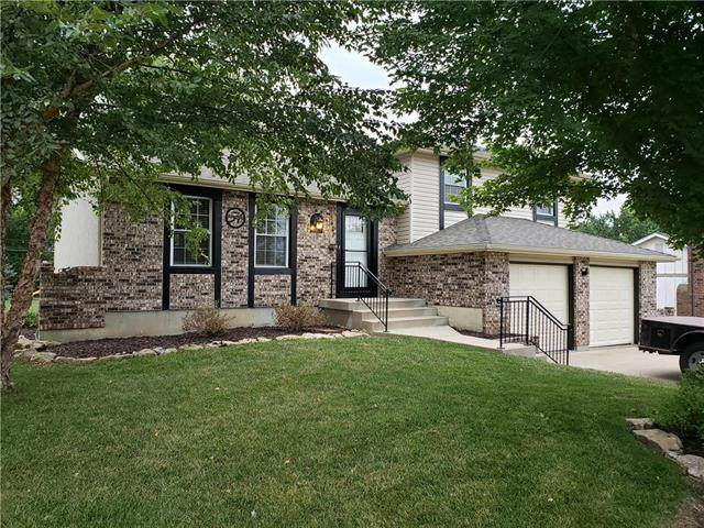 5621 Woodland Drive, Shawnee, KS 66218 (#2242303) :: Ron Henderson & Associates