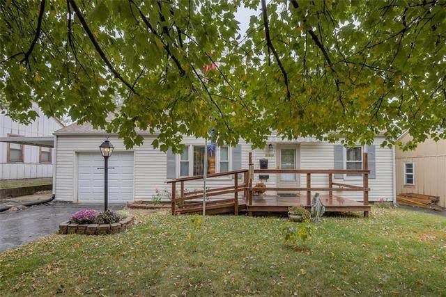 11210 W 69TH Terrace, Shawnee, KS 66203 (#2248380) :: The Kedish Group at Keller Williams Realty