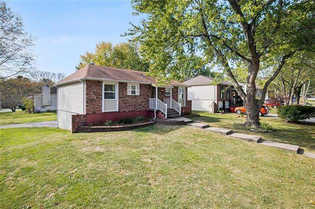 813 NW Castle Drive, Blue Springs, MO 64015 (#2248778) :: Beginnings KC Team