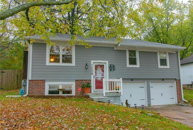 2600 NW Oxford Drive, Blue Springs, MO 64015 (#2249347) :: Beginnings KC Team