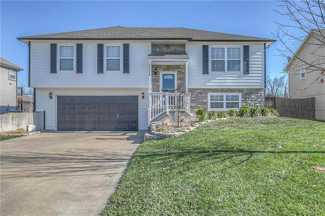 1325 S Delaware Drive, Tonganoxie, KS 66086 (#2253104) :: House of Couse Group