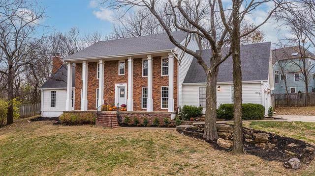 13816 W 77th Terrace, Lenexa, KS 66216 (#2253436) :: House of Couse Group