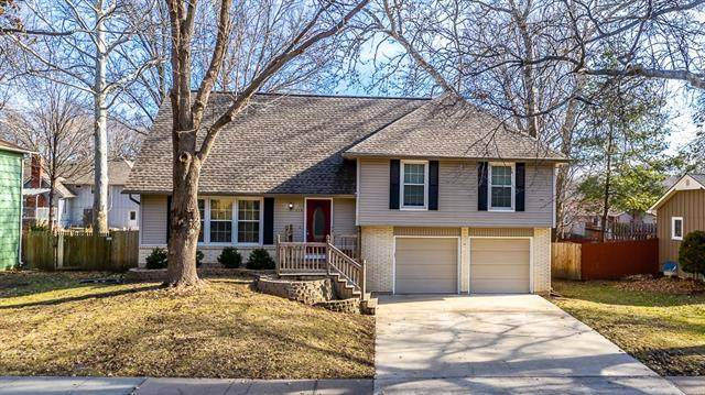 328 S Winterbrooke Drive, Olathe, KS 66062 (#2301982) :: Dani Beyer Real Estate