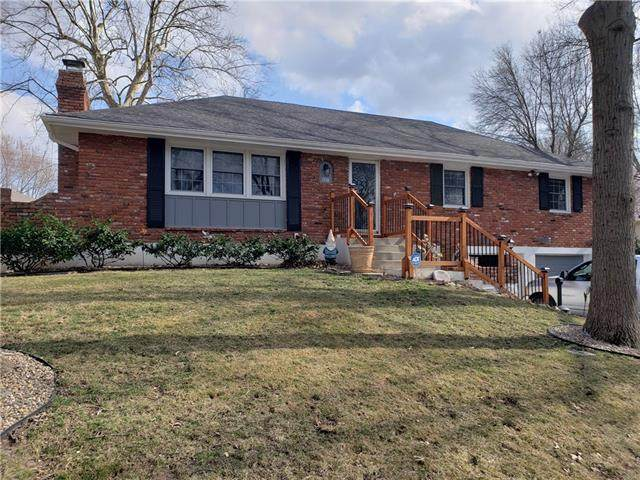1316 SW Skyline Drive, Blue Springs, MO 64015 (#2305736) :: Ron Henderson & Associates