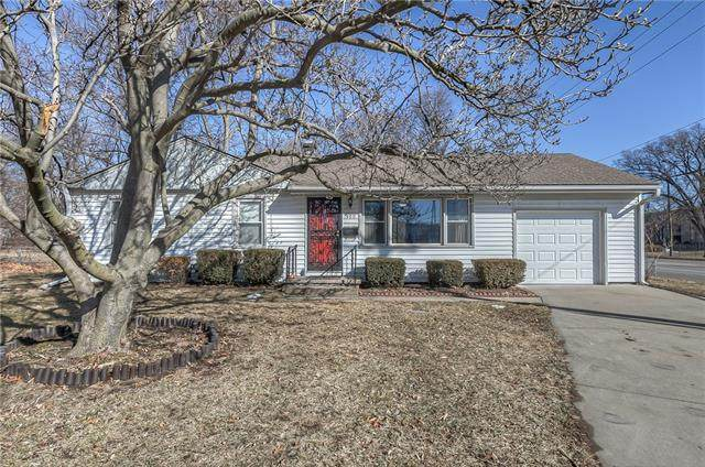 400 W 101st Terrace, Kansas City, MO 64114 (#2306248) :: Edie Waters Network