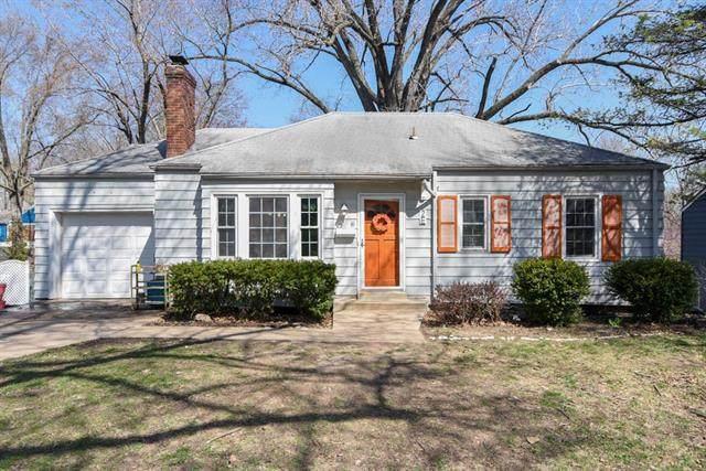 2 E Navajo Lane, Kansas City, MO 64114 (MLS #2312018) :: Stone & Story Real Estate Group
