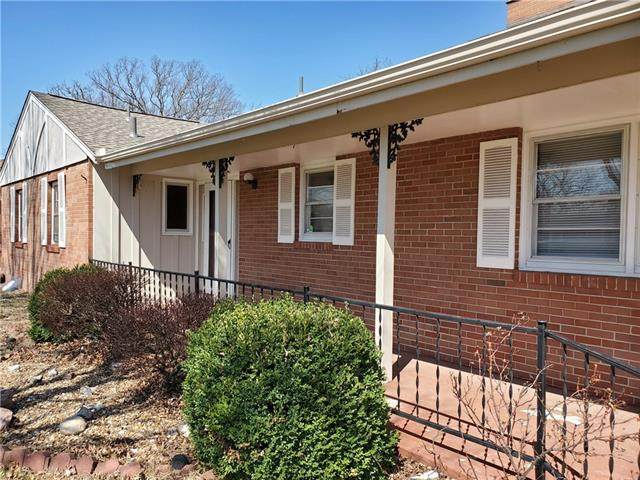 3402 NW Oakcrest Drive, Kansas City, MO 64151 (#2312216) :: Dani Beyer Real Estate