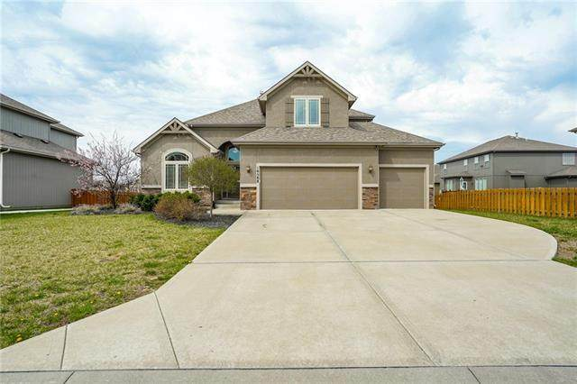 16588 S Parkwood Street, Olathe, KS 66062 (#2314033) :: Five-Star Homes