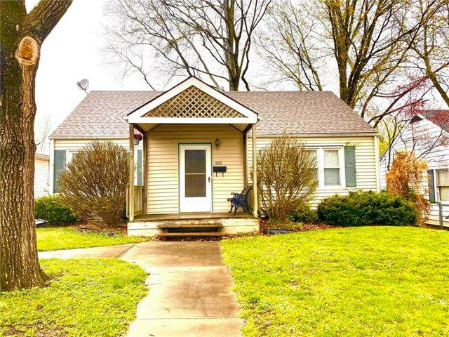 1303 South Avenue, Blue Springs, MO 64015 (#2314123) :: Dani Beyer Real Estate