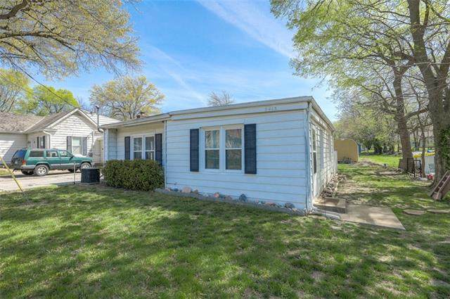 9413 Haskins Street, Lenexa, KS 66215 (#2315735) :: Eric Craig Real Estate Team