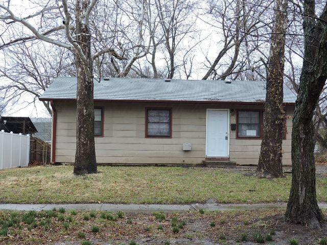 800 SE 35th Street, Topeka, KS 66605 (#2315912) :: The Shannon Lyon Group - ReeceNichols