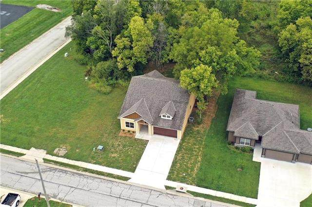 628 NW Walnut Street, Grain Valley, MO 64029 (#2316160) :: The Rucker Group