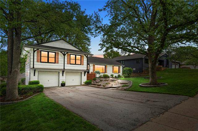 1102 W 88th Terrace, Kansas City, MO 64114 (#2319237) :: Team Real Estate