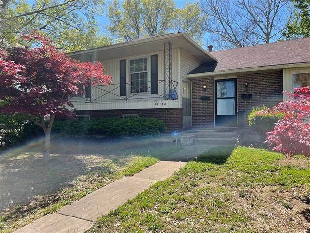 11138 Oak Street, Kansas City, MO 64114 (#2319246) :: Ron Henderson & Associates