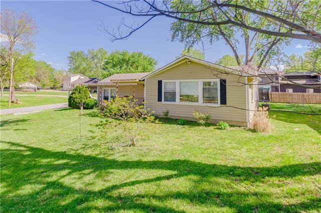 827 E 115th Street, Kansas City, MO 64131 (#2319681) :: Team Real Estate
