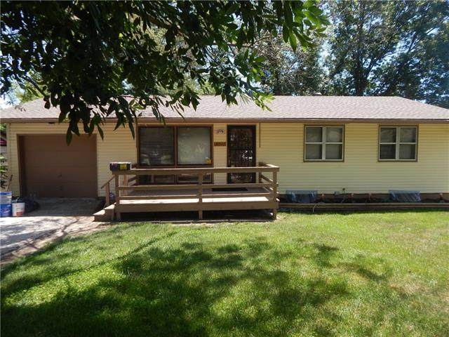 5011 E 41st Terrace, Kansas City, MO 64130 (#2320001) :: The Rucker Group