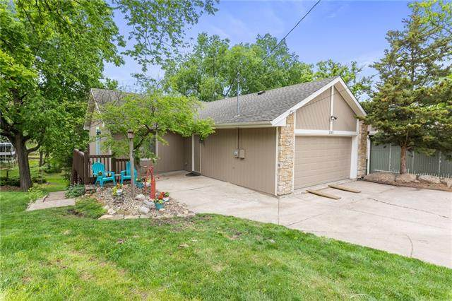 1045 NW South Shore Drive, Kansas City, MO 64151 (#2320985) :: Beginnings KC Team