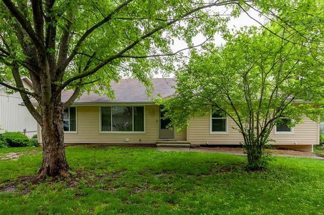 5806 NW Whispering Oaks Lane, Parkville, MO 64152 (#2321570) :: The Kedish Group at Keller Williams Realty