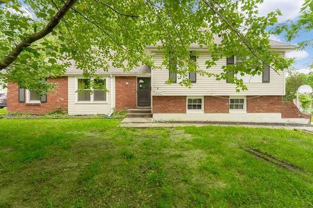 12825 Crystal Avenue, Grandview, MO 64030 (#2324371) :: Dani Beyer Real Estate