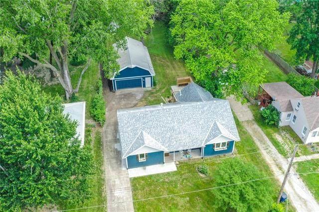 1201 NW B Street, Blue Springs, MO 64015 (#2326051) :: Dani Beyer Real Estate