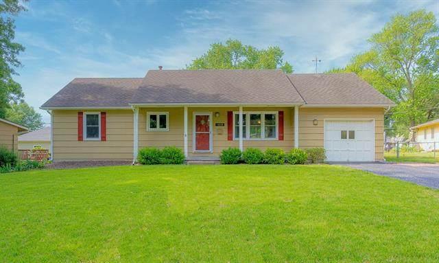8409 W 92nd Terrace, Overland Park, KS 66212 (#2327705) :: Ron Henderson & Associates