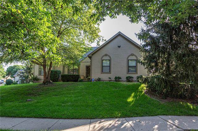 13724 Pembroke Circle, Leawood, KS 66224 (#2330677) :: Tradition Home Group | Better Homes and Gardens Kansas City