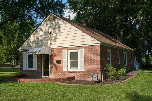 2919 S Claremont Avenue, Independence, MO 64052 (#2333174) :: The Kedish Group at Keller Williams Realty