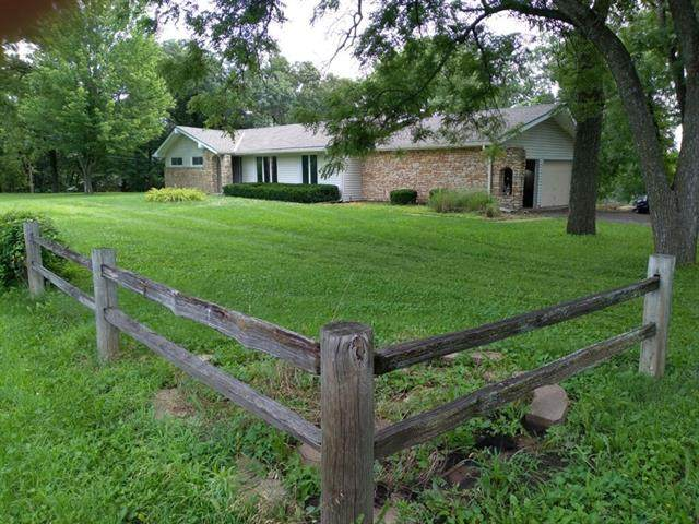 1012 S Lakeshore Drive, Olathe, KS 66061 (#2335901) :: Austin Home Team