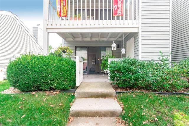 8809 W 106th Terrace, Overland Park, KS 66210 (#2337315) :: Audra Heller and Associates
