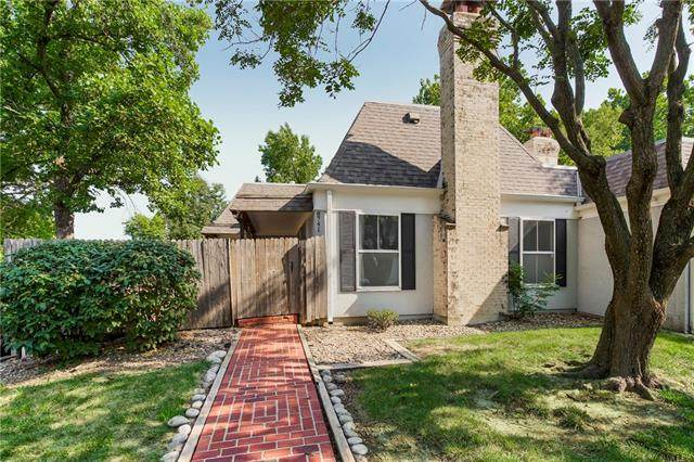 8741 Riggs Circle, Overland Park, KS 66212 (#2340681) :: Dani Beyer Real Estate