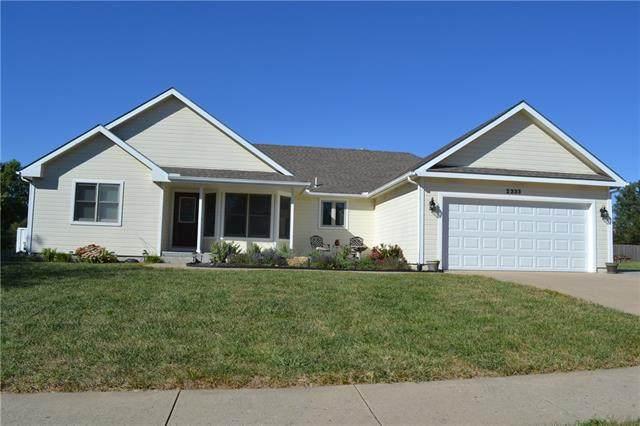 2333 SE Oakwood Drive, Topeka, KS 66610 (#2345575) :: Tradition Home Group   Compass Realty Group
