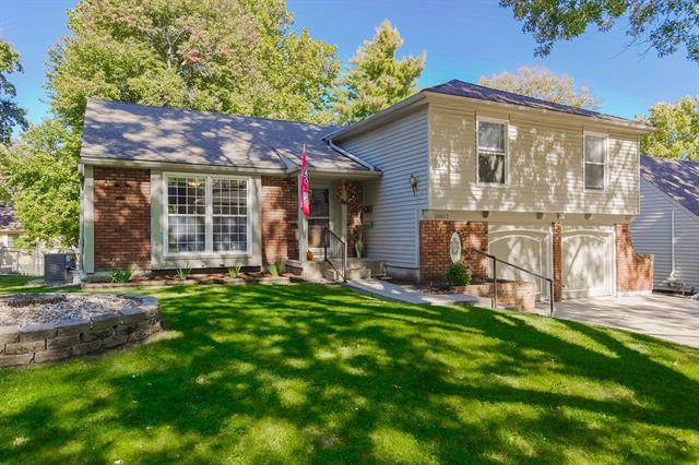 10812 W 100th Place, Overland Park, KS 66214 (#2347181) :: Tradition Home Group   Compass Realty Group