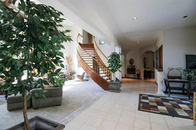 18760 Roe Avenue, Stilwell, KS 66085 (#2350989) :: Five-Star Homes