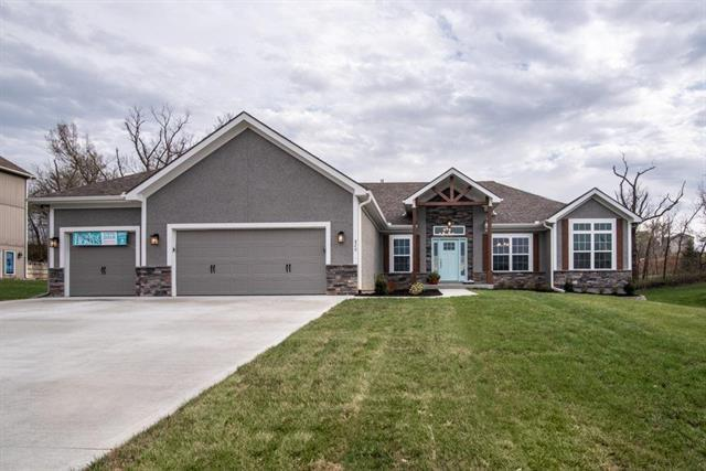 820 SE Cedrus Lane, Blue Springs, MO 64014 (#2085630) :: The Gunselman Team