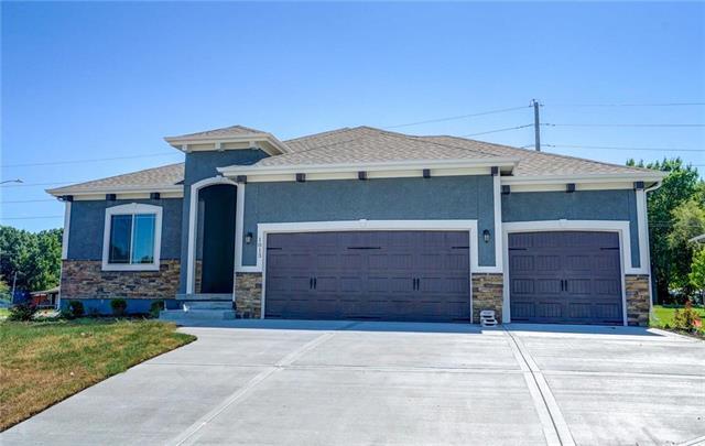1013 NE Ravenwood Terrace, Lee's Summit, MO 64086 (#2095108) :: Char MacCallum Real Estate Group