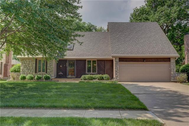 203 NE Shoreview Drive, Lee's Summit, MO 64064 (#2107597) :: Char MacCallum Real Estate Group