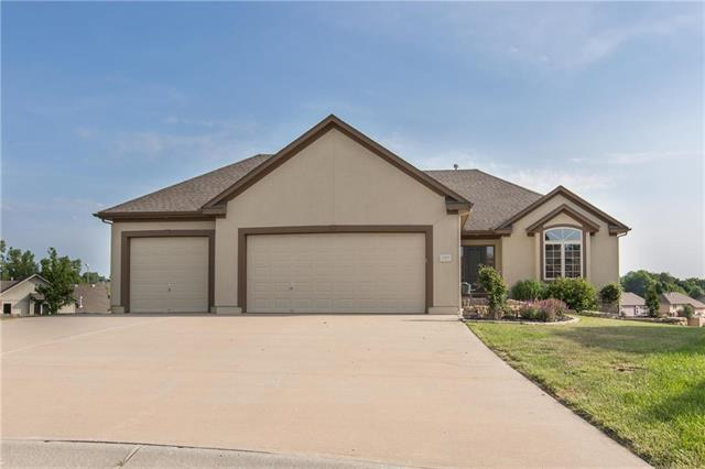 1507 NW Pecan Place, Grain Valley, MO 64029 (#2111642) :: Edie Waters Network