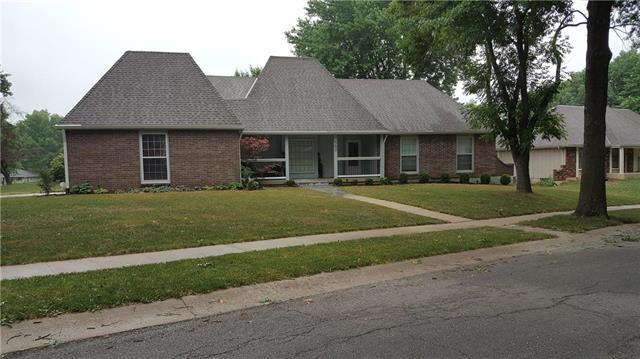 563 E 129th Terrace, Kansas City, MO 64145 (#2115312) :: Edie Waters Network