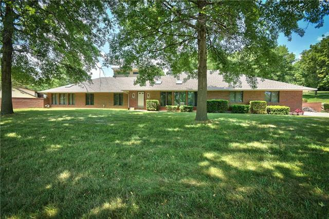 2400 Castle Drive, Independence, MO 64057 (#2117014) :: Edie Waters Network