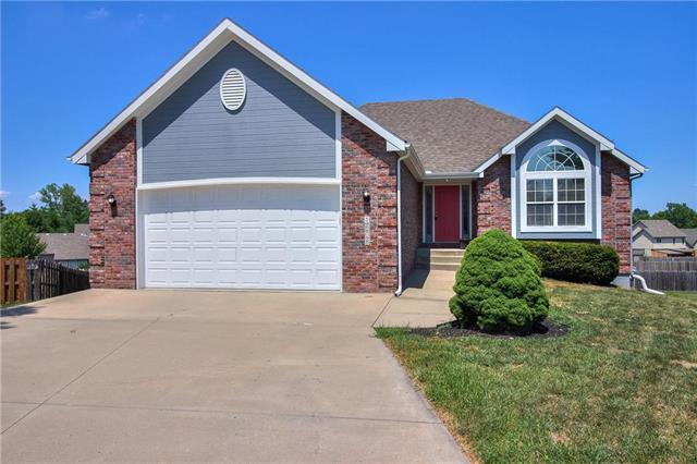 1608 NW Pin Oak Court, Grain Valley, MO 64029 (#2118993) :: Edie Waters Network