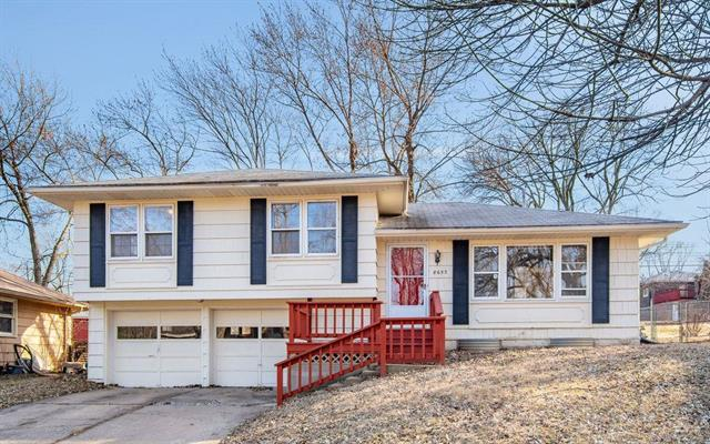 8653 E 108th Terrace, Kansas City, MO 64134 (#2120578) :: House of Couse Group