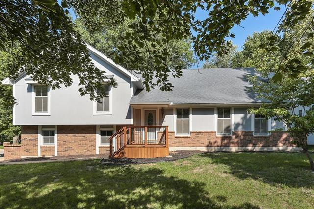 1001 NW Woodview Circle, Blue Springs, MO 64015 (#2126434) :: The Shannon Lyon Group - ReeceNichols