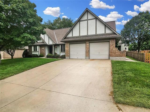 1087 NE Greenwood Court, Blue Springs, MO 64014 (#2132037) :: Edie Waters Network