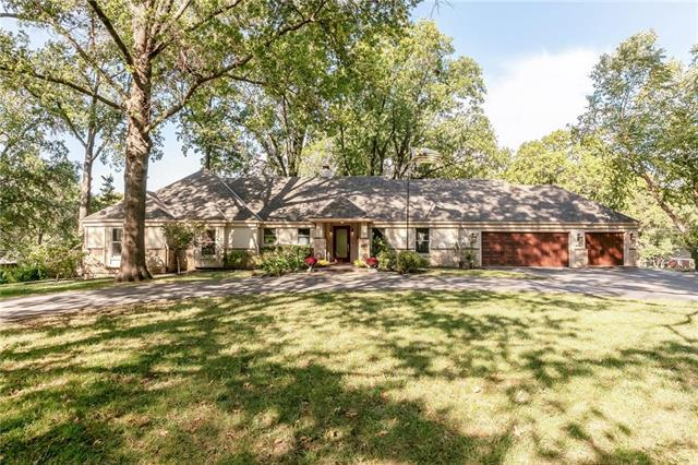 9648 Lee Boulevard, Leawood, KS 66206 (#2132966) :: Char MacCallum Real Estate Group
