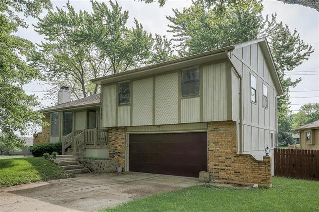 3200 SE 7th Court, Blue Springs, MO 64014 (#2167958) :: House of Couse Group