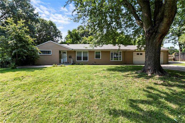 5203 Mcanany Drive, Shawnee, KS 66203 (#2241638) :: Austin Home Team