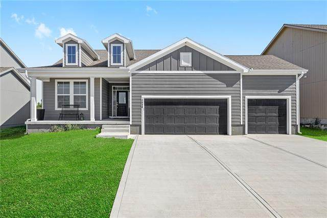 8824 Sunray Drive, Lenexa, KS 66227 (MLS #2305515) :: Stone & Story Real Estate Group