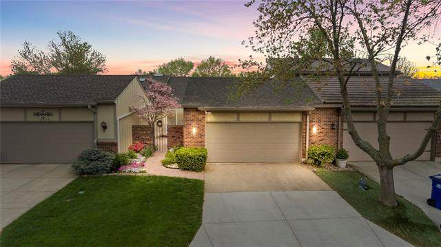 12807 Cambridge Road, Leawood, KS 66209 (#2318318) :: The Rucker Group