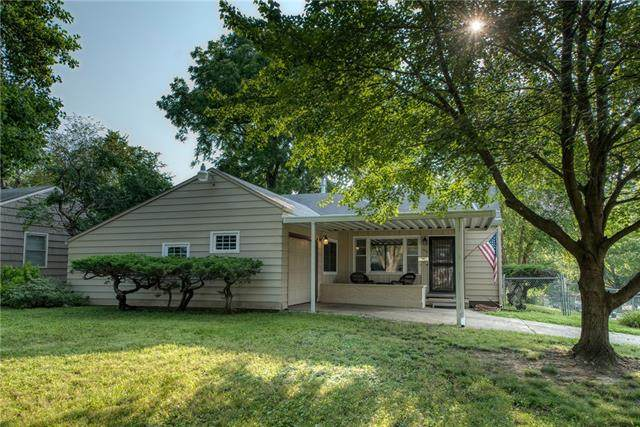 9015 Central Street, Kansas City, MO 64114 (#2333538) :: Tradition Home Group | Compass Realty Group